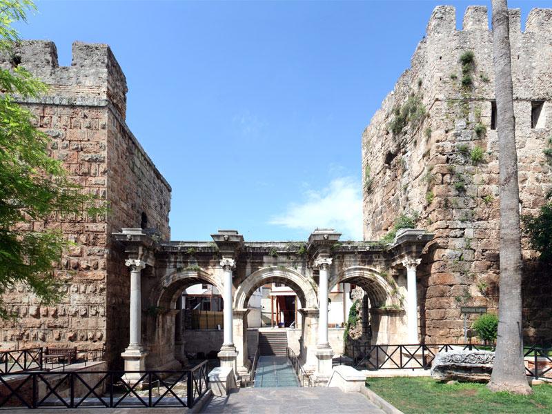 Ворота Адриана сейчас используются как вход на территорию Старого города
