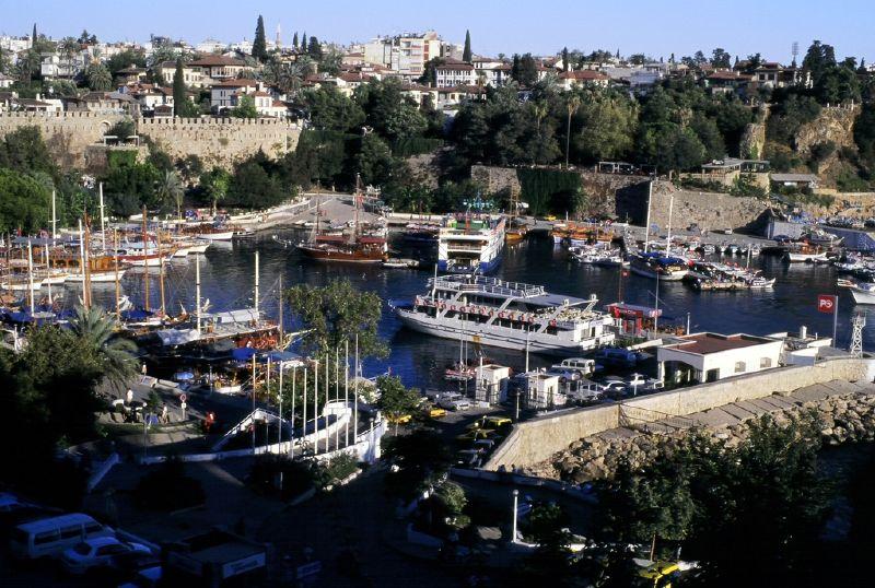 Вид на квартал Калеичи со стороны гавани Антальи