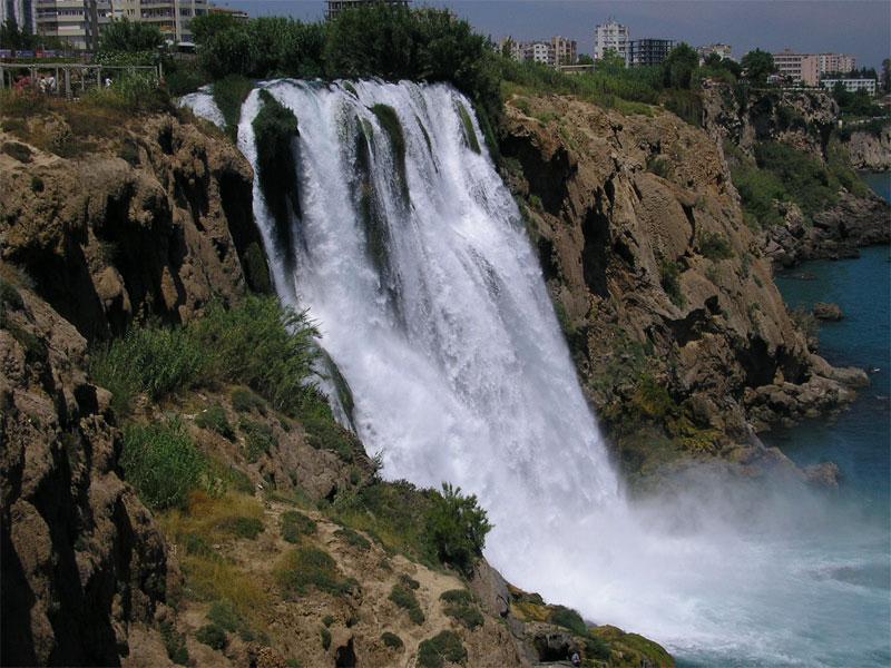 Нижний Дюденский водопад низвергается прямо в море
